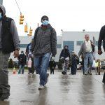 Les travailleurs de l'automobile américains reviennent, alors qu'un vaccin possible est prometteur