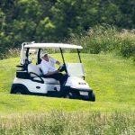 Donald Trump défend sa décision de jouer au golf samedi ET dimanche en critiquant les escapades d'Obama