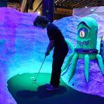 Urban Putt transforme la vieille usine de spaghetti de Denver en terrain de jeu de mini-golf surréaliste (avec un bar)