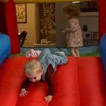Comment garder les enfants en mouvement. (Maison de rebond personnelle non requise.)